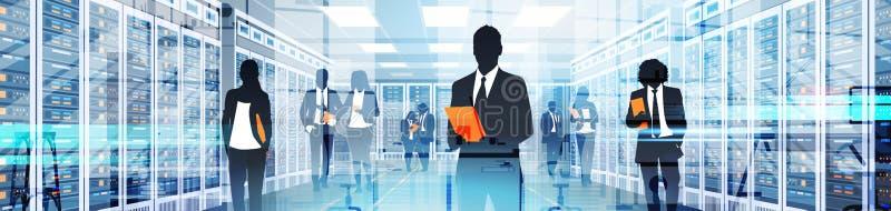 Gente de la silueta que trabaja en el sitio del centro de datos que recibe la base de datos de la información del servidor stock de ilustración