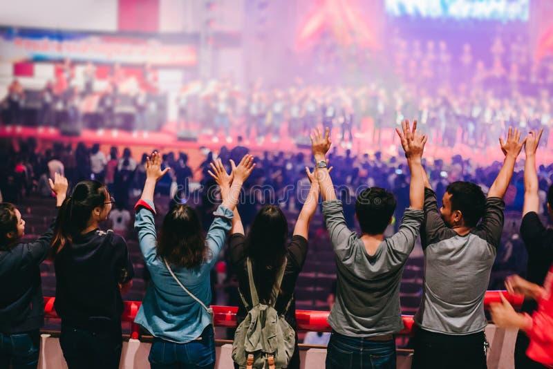 Gente de las manos criada encima de la adoración a dios foto de archivo libre de regalías
