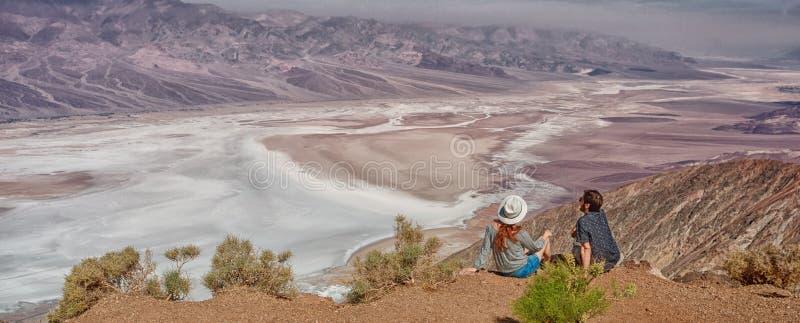 Gente de los turistas que disfruta del paisaje del desierto de la visión de Badwater en Death Valley, los E.E.U.U. imagenes de archivo