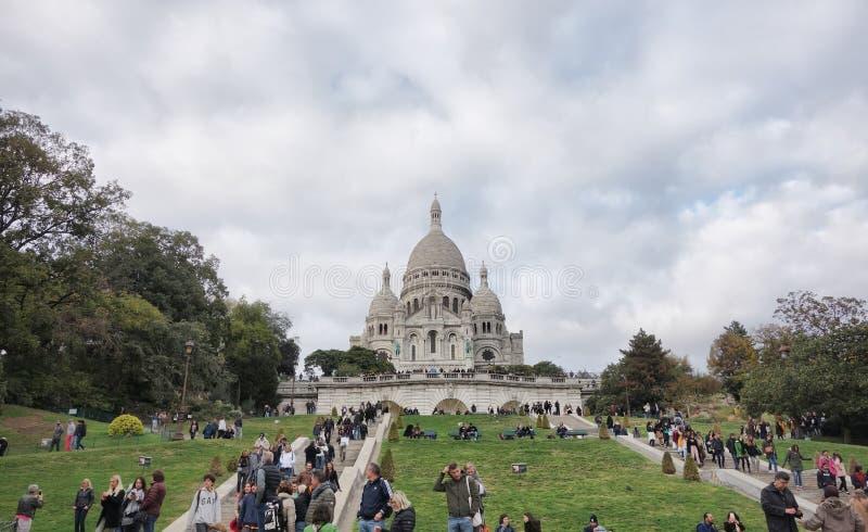 Gente de PARÍS, FRANCIA en las escaleras de la basílica de Sacre Coeur de Montmartre imagen de archivo libre de regalías