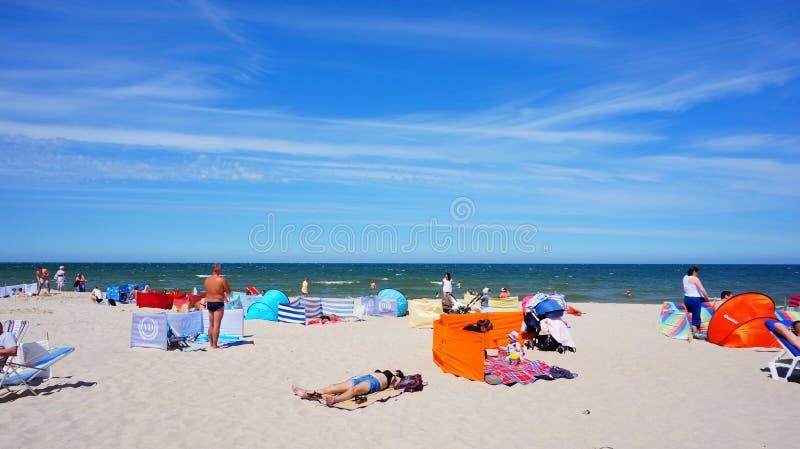 Gente de reclinación en una playa fotos de archivo libres de regalías