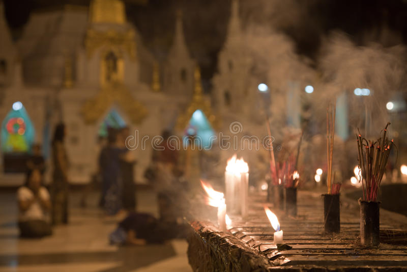 Gente de rogación en la pagoda de Schwedagon imagen de archivo libre de regalías