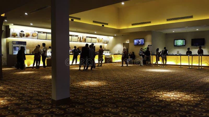 Gente de Unrecognize cine 21 dentro de una alameda de compras XXI los cines son los segundos fotografía de archivo libre de regalías
