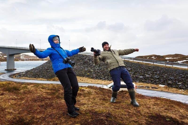 Gente debajo del fuerte viento foto de archivo libre de regalías