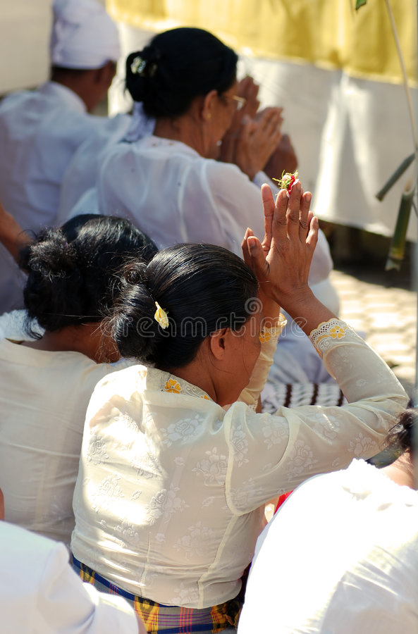 Gente del Balinese que ruega imagen de archivo