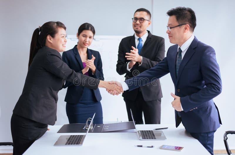 Gente del equipo del negocio que sacude las manos que acaban para arriba de encontrarse, sociedad feliz foto de archivo