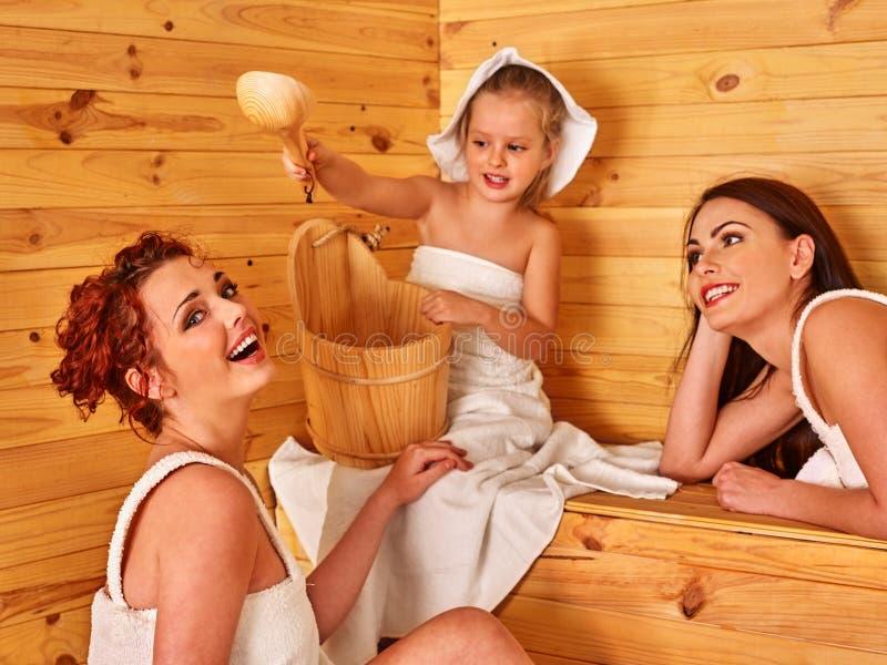 Gente del grupo con el niño en sauna fotografía de archivo