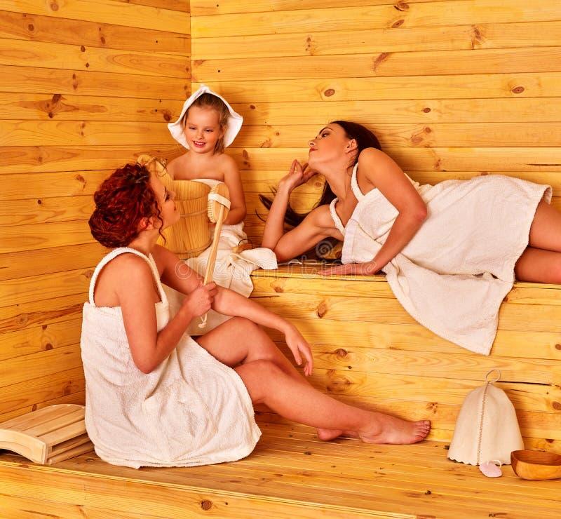 Gente del grupo con el niño en sauna imagenes de archivo