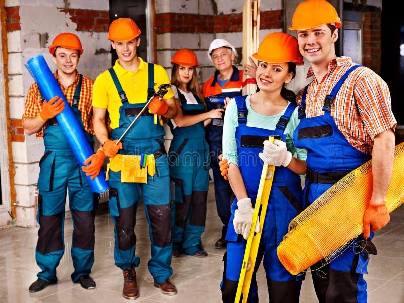 Gente del grupo en uniforme del constructor. foto de archivo