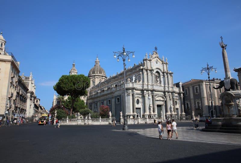 Gente delante de la catedral de Santa Agatha en Catania sicilia Italia fotografía de archivo libre de regalías