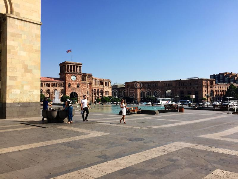 Gente delante del museo de la historia, cuadrado de la república, Ereván, Armenia foto de archivo