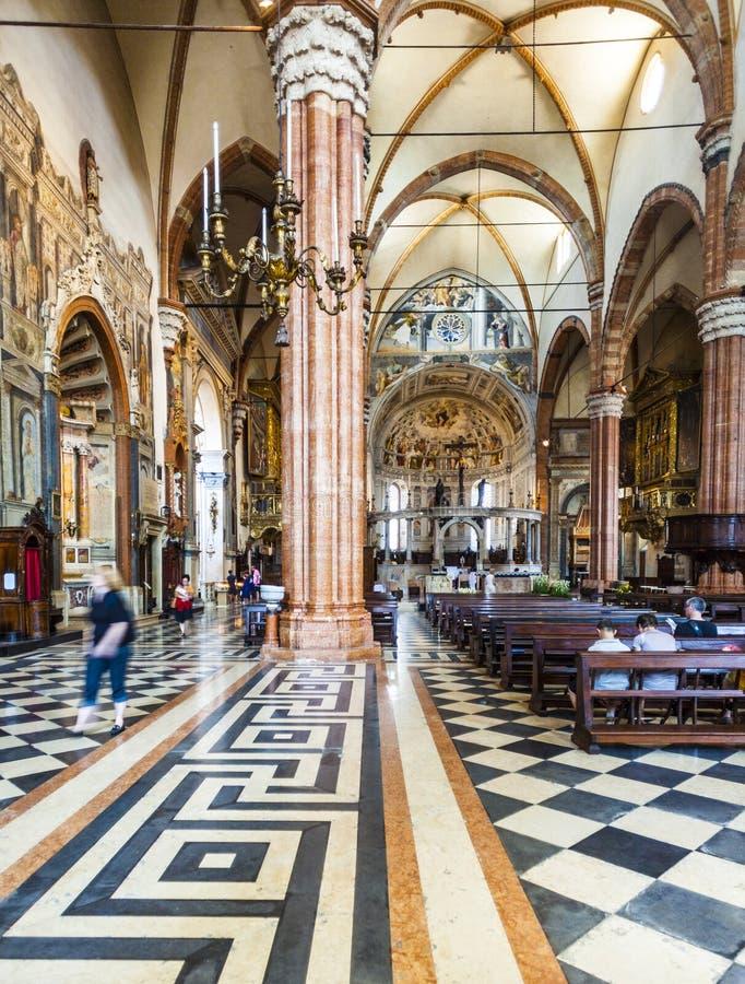 Gente dentro de la basílica di San Zeno en Verona fotos de archivo