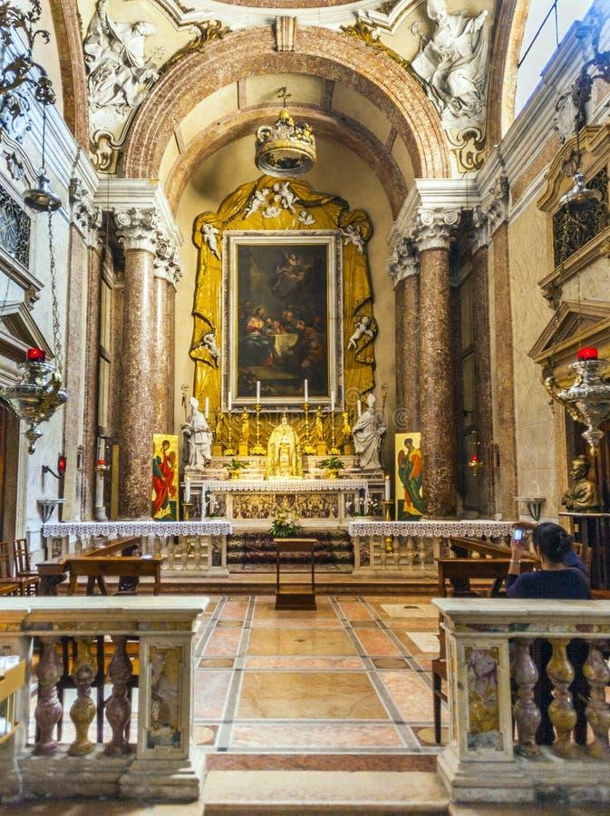 Gente dentro de la basílica di San Zeno en Verona imagen de archivo