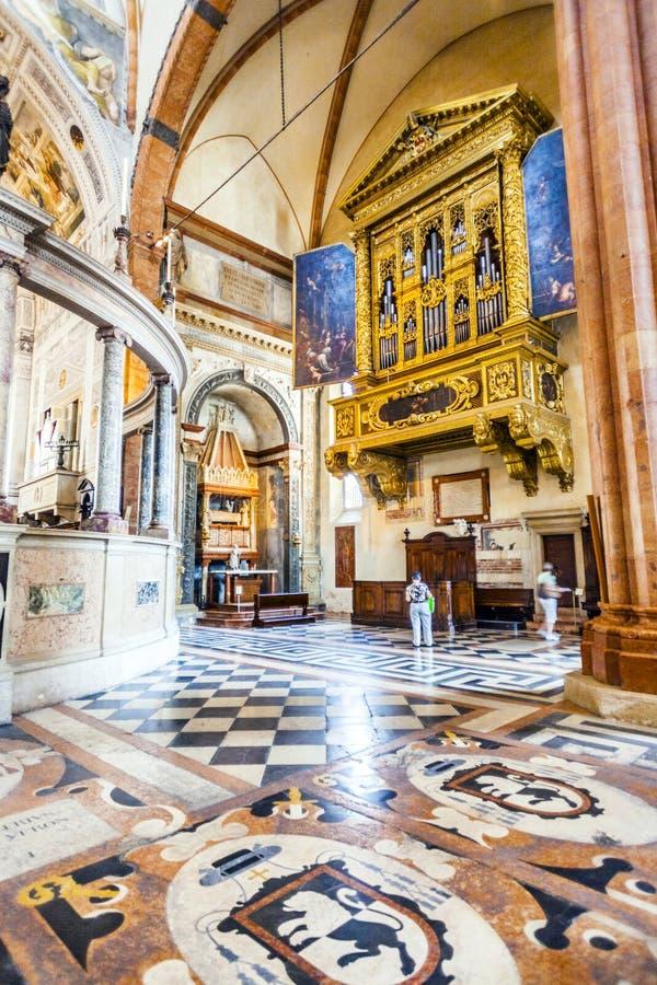 Gente dentro de la basílica di San Zeno en Verona imágenes de archivo libres de regalías