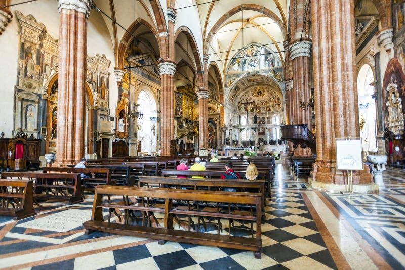 Gente dentro de la basílica di San Zeno en Verona fotografía de archivo