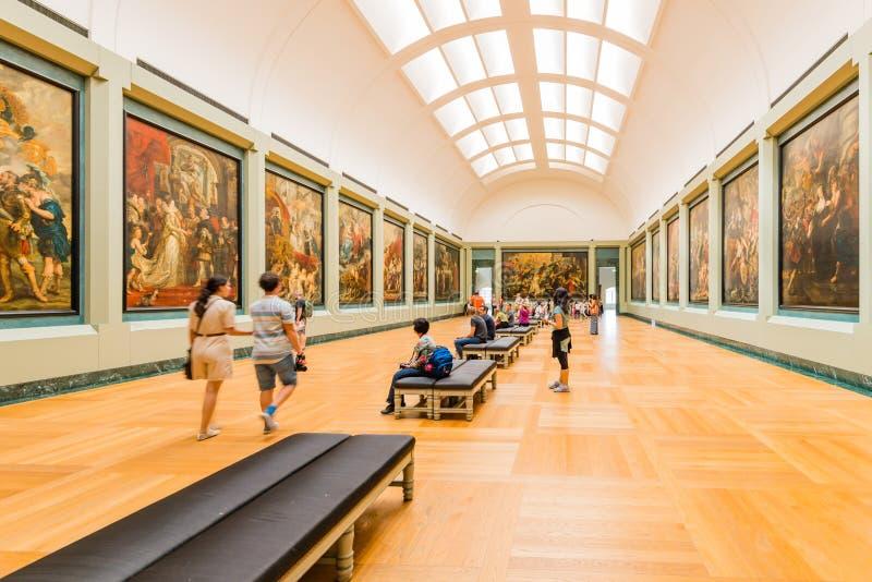 Gente dentro del museo del Louvre imagen de archivo libre de regalías