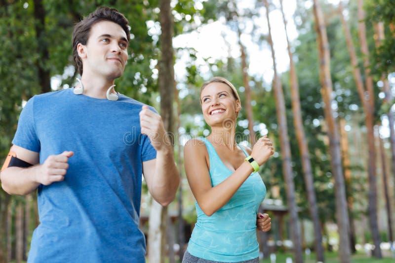 Gente deportiva positiva alegre que cuida sobre su salud foto de archivo
