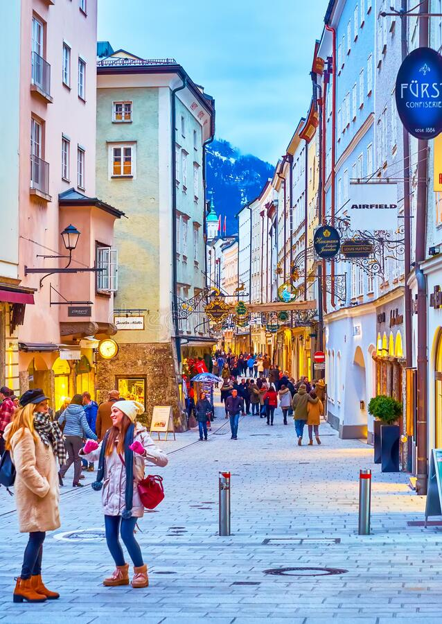 Gente descansa en la calle Getreidegasse en Salzburgo, Austria imágenes de archivo libres de regalías