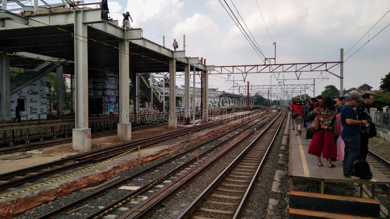 Gente desconocida Construcción de un ferrocarril moderno imagen de archivo libre de regalías