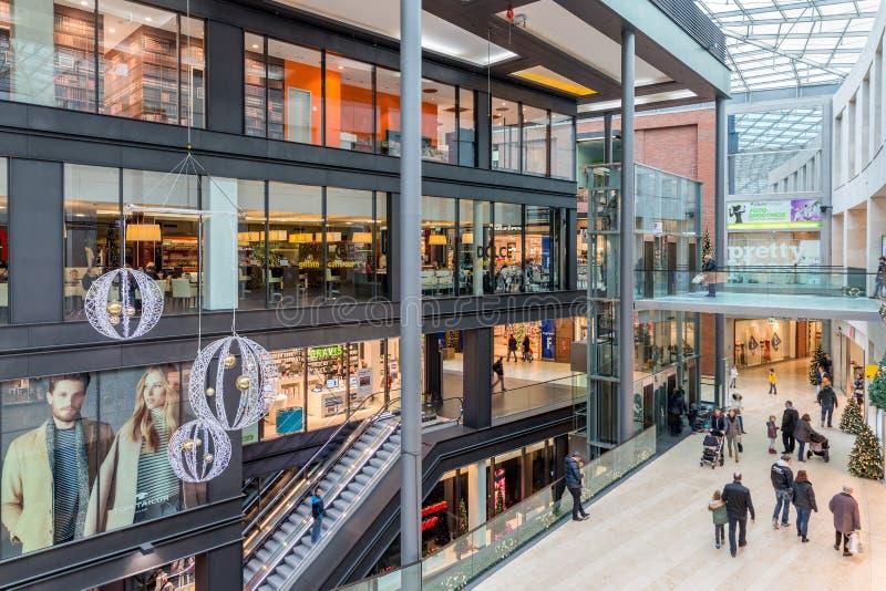 Gente desconocida en ` del foro del ` de la alameda de compras en Duisburgo, Alemania imágenes de archivo libres de regalías