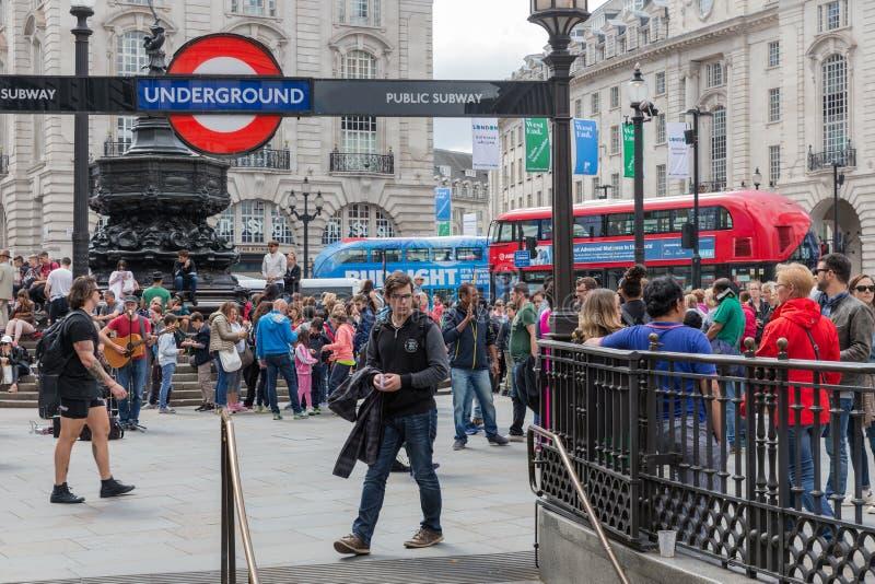 Gente desconocida en el circo de Piccadilly cerca de la entrada de Londres debajo imagen de archivo