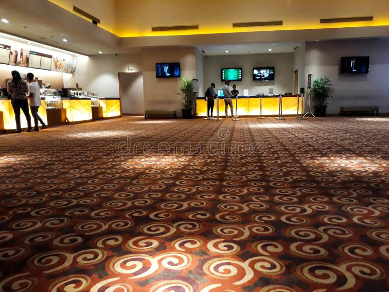 Gente desconocida en XXI cine dentro de un centro comercial XXI los cines son la cadena m?s grande del cine de Indonesia fotografía de archivo libre de regalías