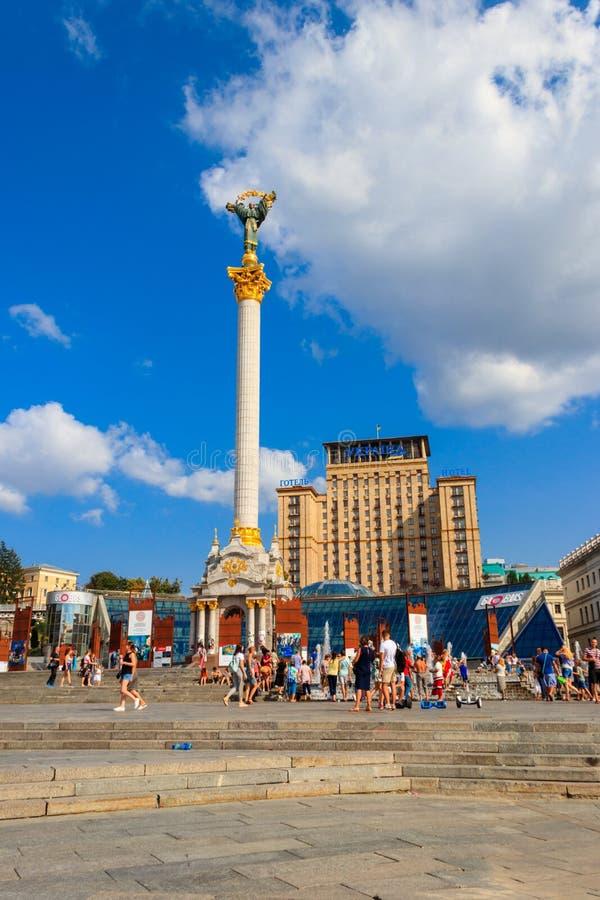 Gente desconocida que camina y que descansa sobre el cuadrado Maidan Nezalezhnosti de la independencia en Kiev, capital de Ucrani imagen de archivo
