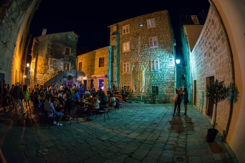 Gente desconocida que se divierte en el viejo centro de Kotor en la noche, Muntenegro foto de archivo
