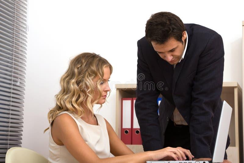 Gente di affari all'ufficio immagine stock