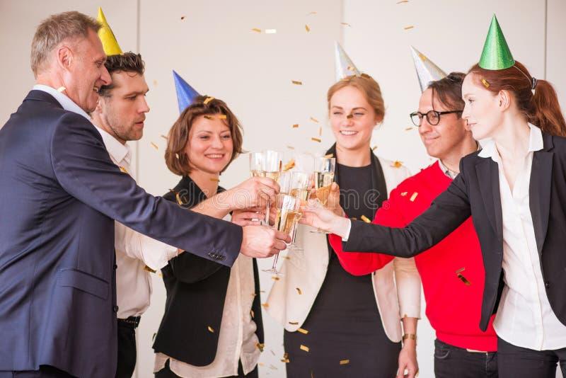 Gente di affari alla festa dell'ufficio fotografie stock libere da diritti