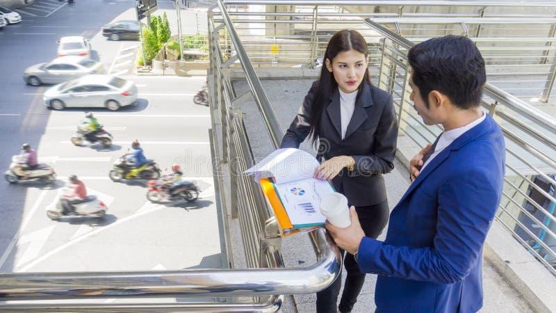 Gente di affari asiatica astuta del supporto e conversazione del lavoratore insieme a fotografia stock