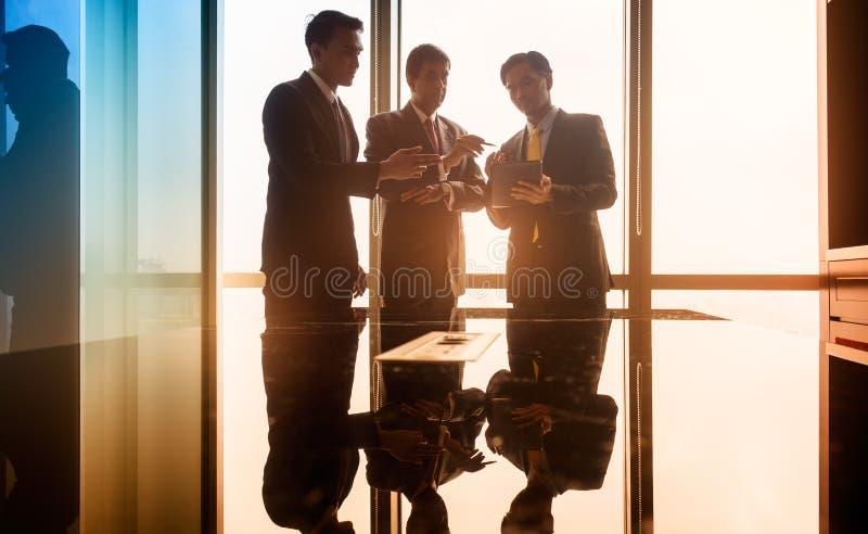 Gente di affari asiatica che ha conversazione nell'auditorium immagine stock libera da diritti