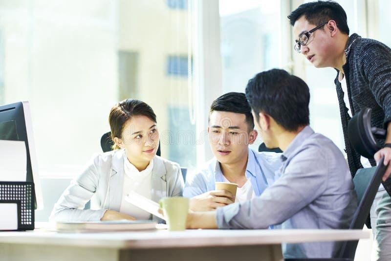 Gente di affari asiatica che si incontra nell'ufficio fotografia stock