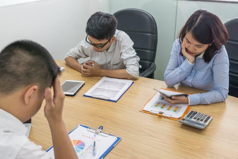 Gente di affari asiatica deludente circa il cattivo risultato fotografie stock libere da diritti