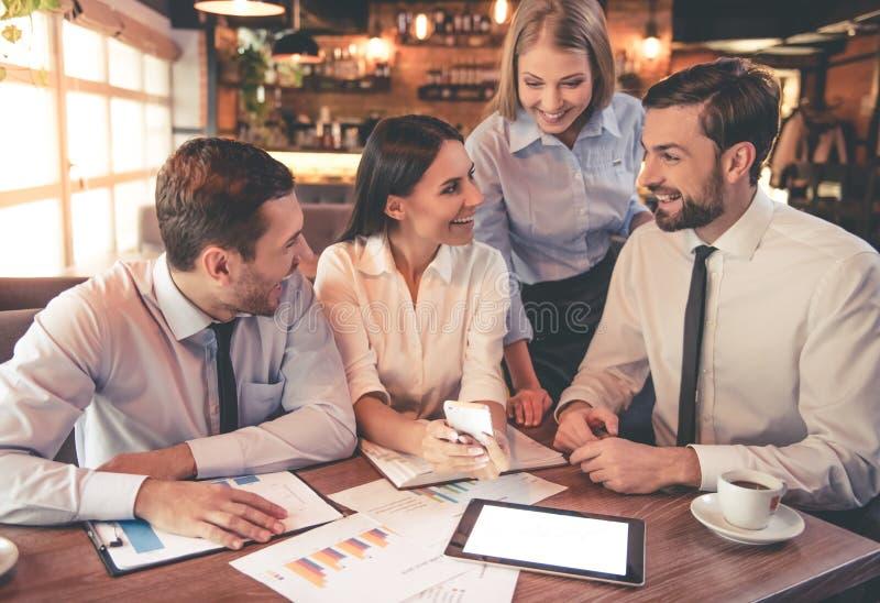 Gente di affari in caffè fotografie stock libere da diritti