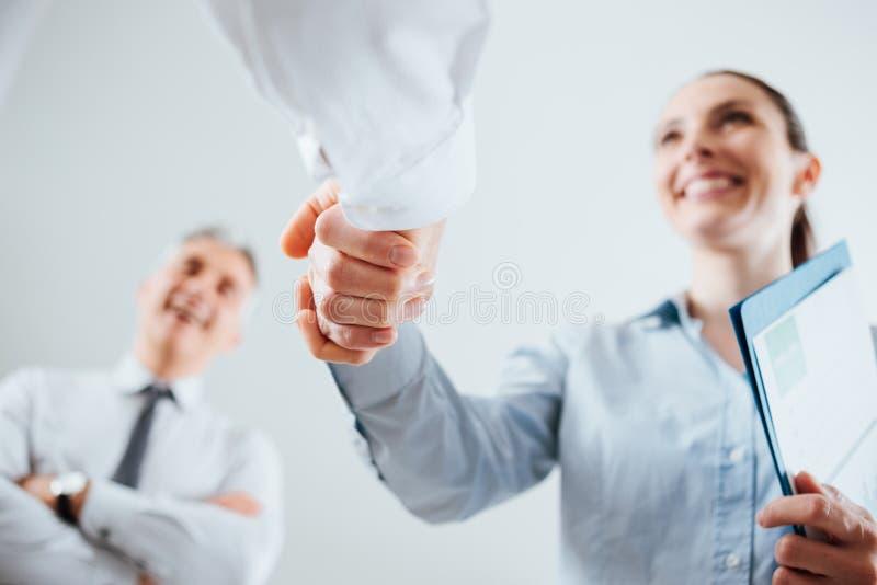 Gente di affari che agita le mani immagini stock