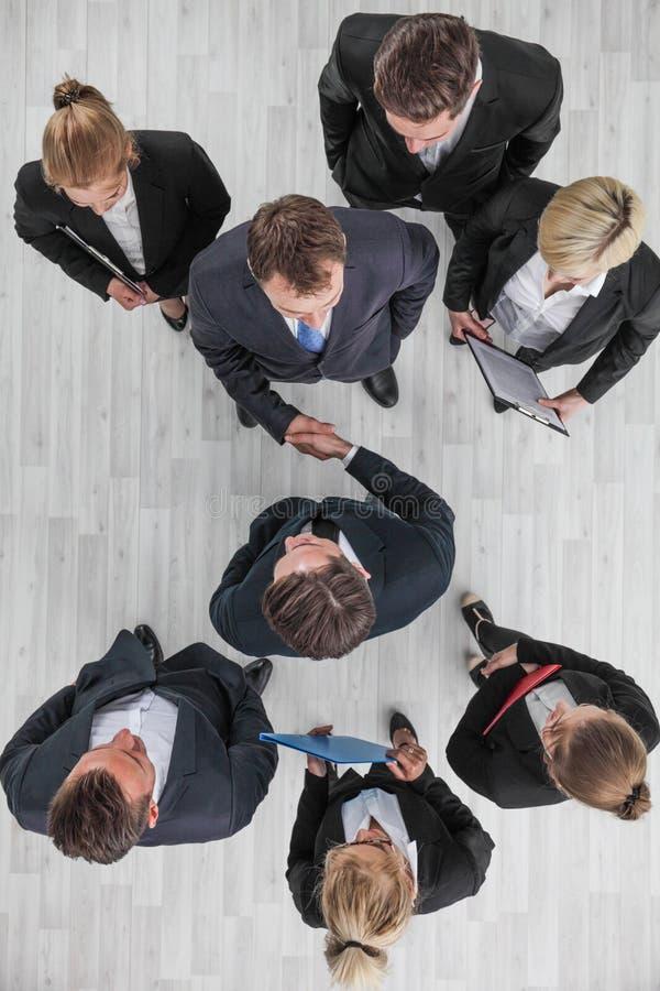 Gente di affari che agita mano fotografia stock