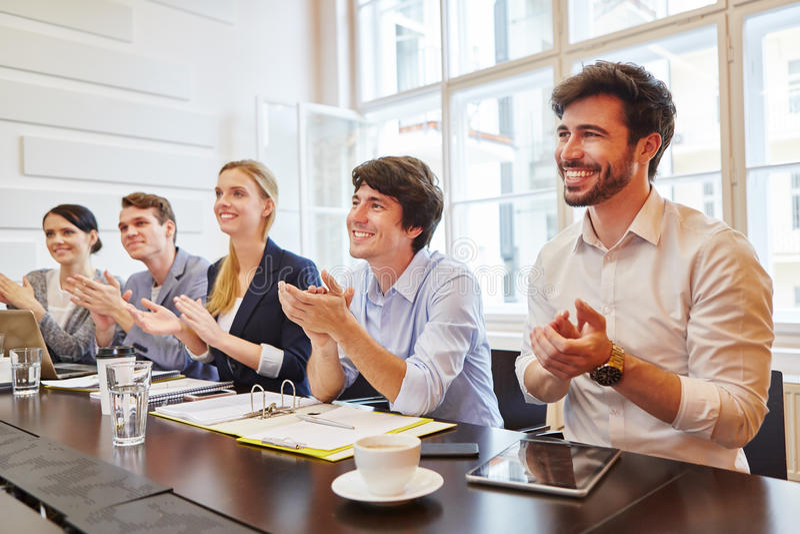 Gente di affari che applaude alla riunione immagini stock