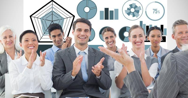 Gente di affari che applaude con i grafici nel fondo fotografia stock