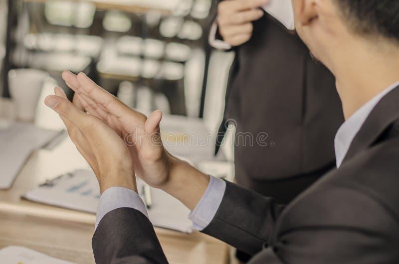 Gente di affari che applaude i loro concetti delle mani, di congratulazione e di apprezzamento fotografia stock libera da diritti