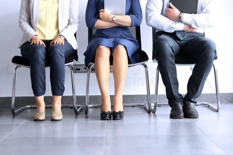 Gente di affari che aspetta intervista di lavoro immagine stock