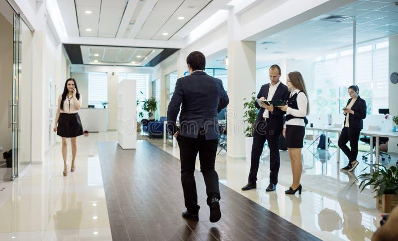 Gente di affari che cammina nel corridoio dell'ufficio, gente di affari di C fotografie stock libere da diritti