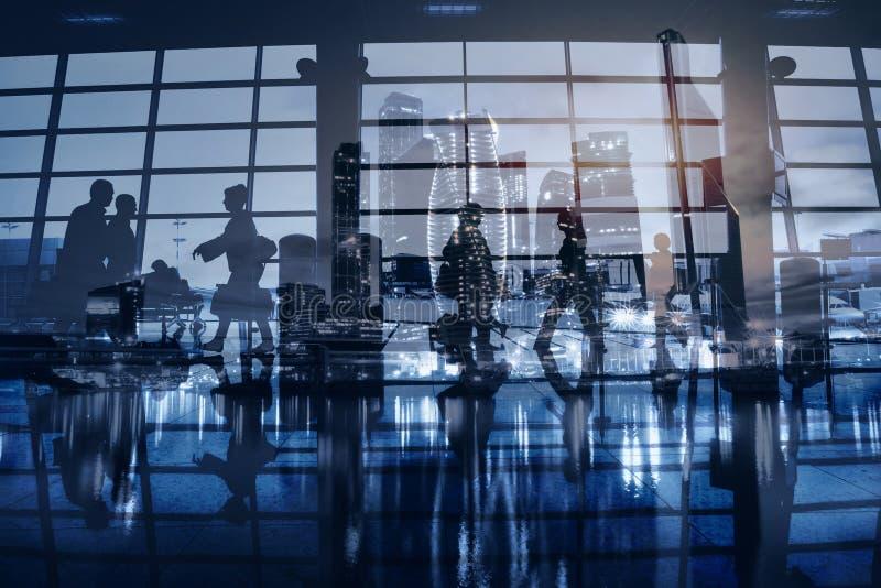 Gente di affari che cammina nella città o nell'aeroporto moderna immagini stock libere da diritti
