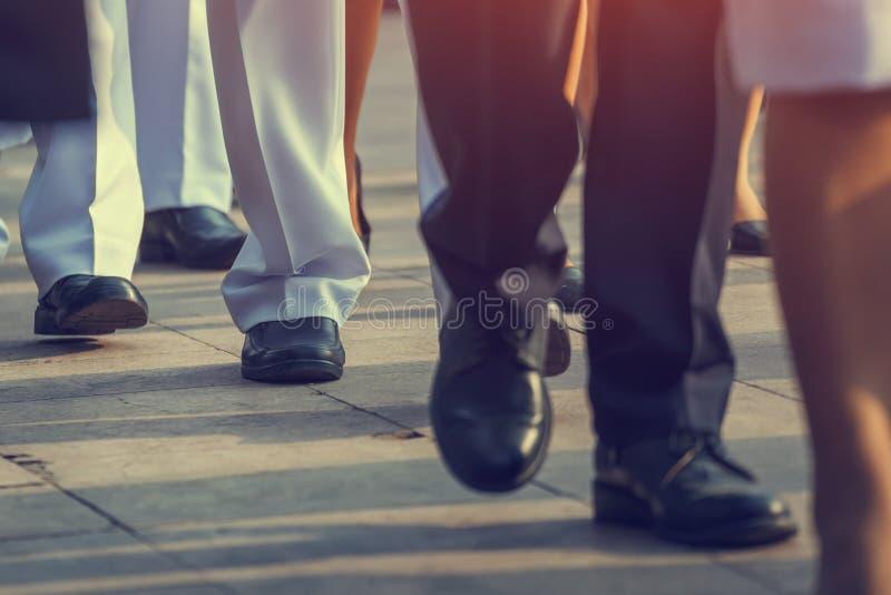 Gente di affari che cammina sulla via della città all'ora di punta fotografie stock libere da diritti