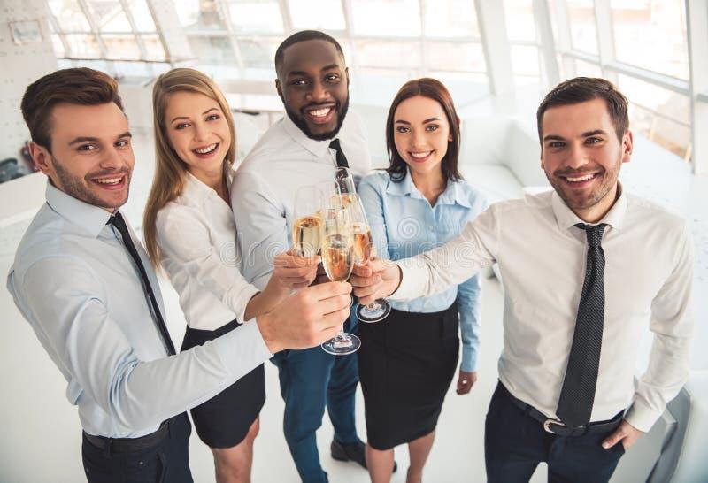 Gente di affari che celebra fotografie stock