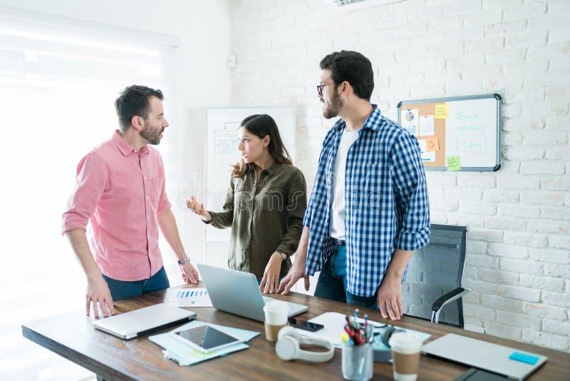Gente di affari che comunica alla sala riunioni immagine stock