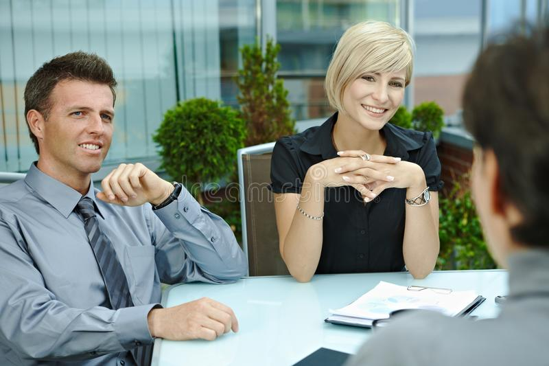 Gente di affari che comunica sul terrazzo fotografie stock