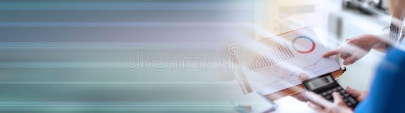 Gente di affari che discute circa i risultati finanziari, effetto della luce Bandiera panoramica immagine stock