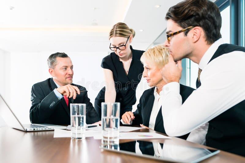 Gente di affari che discute lavoro di ufficio nell'ufficio fotografie stock