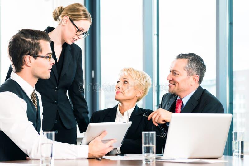 Gente di affari che discute nella riunione immagini stock libere da diritti